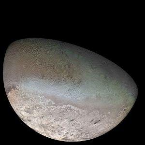 600px-Triton_moon_mosaic_Voyager_2_(large)
