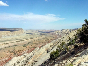 Waterpocket_Fold_-_Looking_south_from_the_Strike_Valley_Overlook